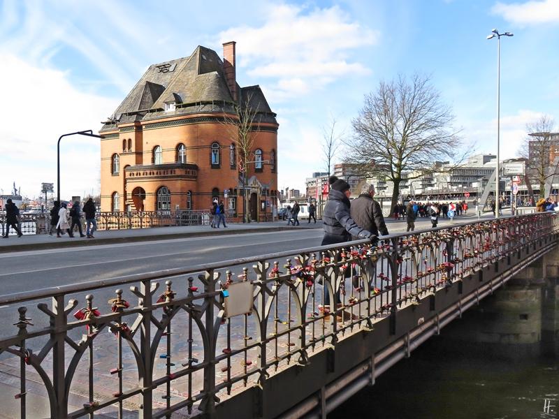 2018-02-24 Hamburg, Am Sandtorkai - Hafenpolizeiwache No 2 - Wilhelminenbrücke